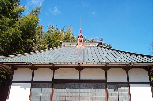 泉福寺ー屋根の上に菊のご紋があります